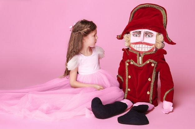 Schönheitsballerina mit nussknacker auf rosa