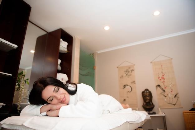Schönheitsbehandlungskonzept. spa entspannung in einem salon.