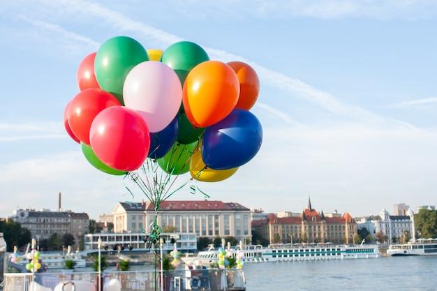 Schönheitsfarbe des ballons auf hintergrund des blauen himmels
