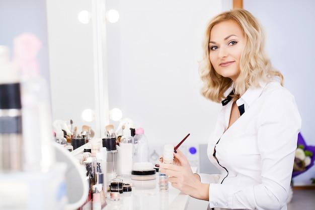 Schönheitsfrau, die make-up anwendet