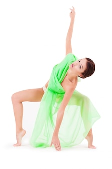 Schönheitsfrau, die mit grünem gewebe auf weiß lokalisiert aufwirft