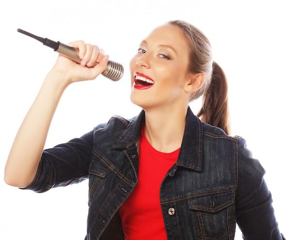 Schönheitsfrau, die rotes t-shirt mit mikrofon trägt