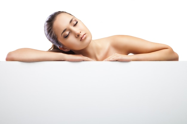 Schönheitsfrau, die sich hinlegt. spa-mädchen. schlafende oder ruhende frau isoliert auf weißem hintergrund. entspannen. entspannung. platz für ihren text