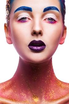 Schönheitsfrau, die vorne mit mehrfarbigem make-up auf weiß schaut