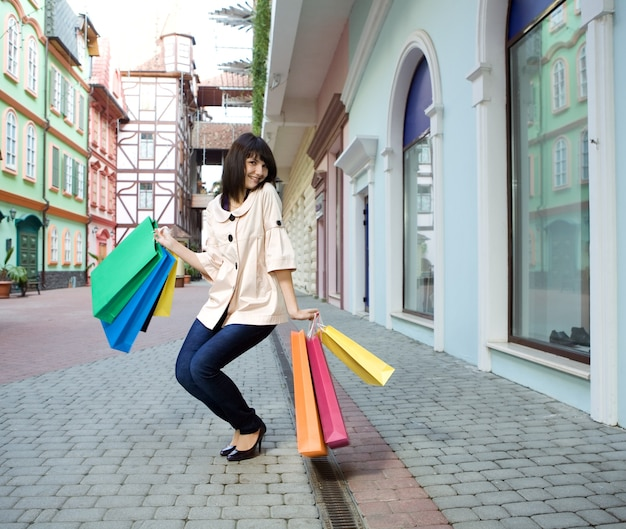 Schönheitsfrau mit einkaufstasche im freien