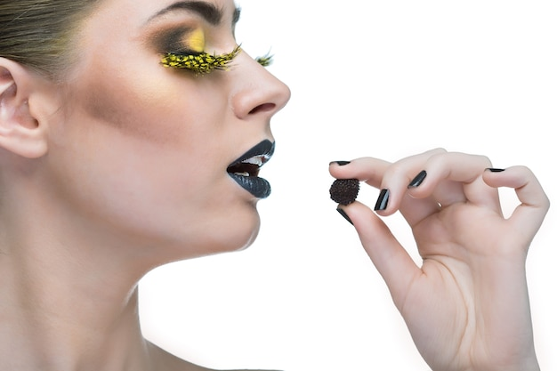 Schönheitsfrau mit langen wimpern und schwarzen lippen auf weißem hintergrund