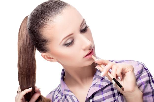 Schönheitsfrau mit make-up-pinseln. natürliches make-up für brünettes mädchen schönes gesicht. verjüngungskur. perfekte haut. make-up auftragen