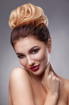 Schönheitsfrau mit schöner make-upfarbe