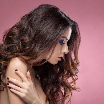 Schönheitsfrau mit schöner make-upfarbe.