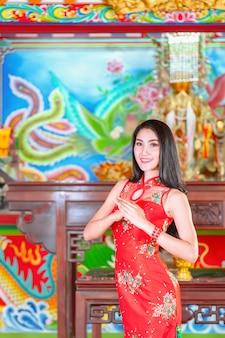 Schönheitsfrau und griffeinkaufstaschen im chinesischen neuen jahr