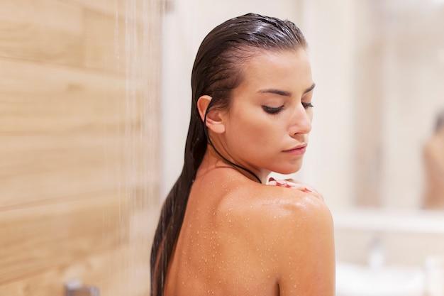 Schönheitsfrau unter der dusche