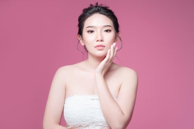 Schönheitsfrauen-asien-schönheit und gebräuntes haut-uvasien für hintergrundrosa