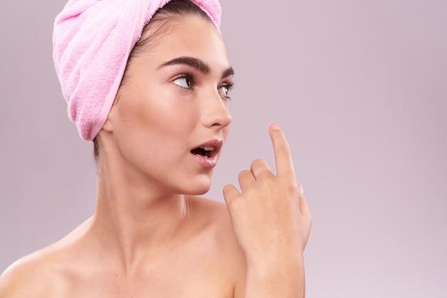 Schönheitsfrauengesicht im handtuch auf isoliertem raum