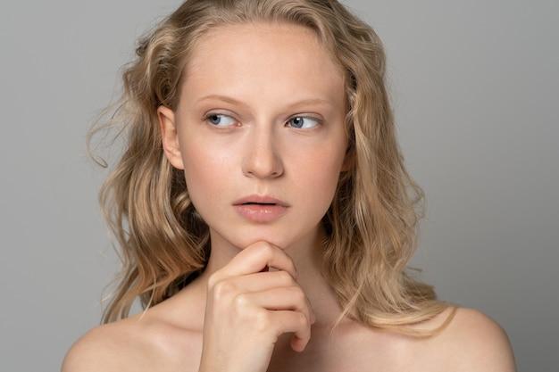Schönheitsfrauengesichtsporträt mit gelocktem haarbadekurortmodellmädchen der blauen augen mit perfekter frischer sauberer haut