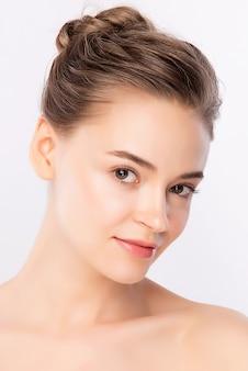 Schönheitsfrauengesichtsporträt, schöne junge frau mit sauberer frischer gesunder haut, gesichtsbehandlung.