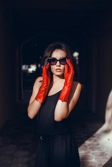 Schönheitsfrauenporträt in der straße, porträt im freien, fahion modell