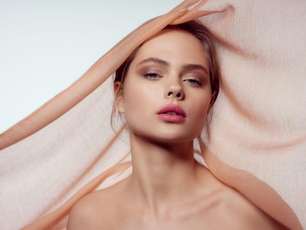 Schönheitsfrauenporträt mit schönem gesicht, träne, nahaufnahme