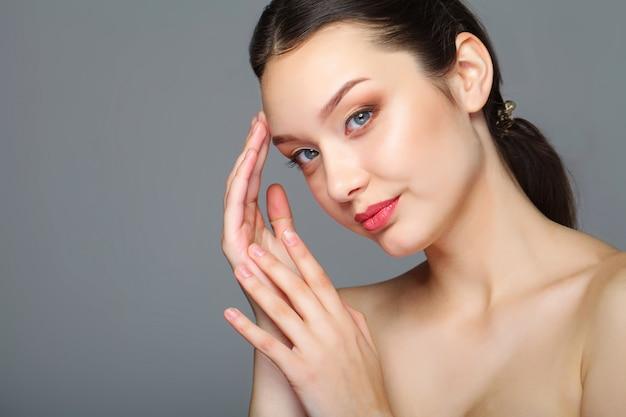 Schönheitsgesicht der frau mit kosmetischer creme auf gesicht