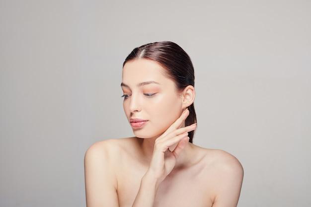 Schönheitsgesicht porträt der vorbildlichen frau des schönen badekurortes