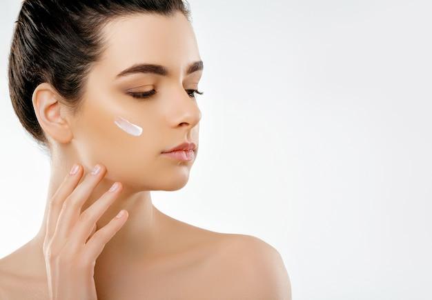 Schönheitsgesicht. schöne frau mit natürlichem make-up. nahaufnahmeporträt des modellmädchens mit der gesunden glatten gesichtshaut.