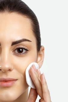 Schönheitsgesicht schöne frau mit natürlichem make-up