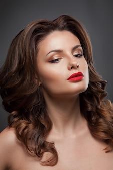 Schönheitsgesichtsfrau mit schöner make-upfarbe.