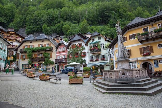 Schönheitshäuser in alter stadt hallstatt, oberösterreich. hallstatt ist ein dorf im salzkammergut in der nähe von salzburg in österreich.