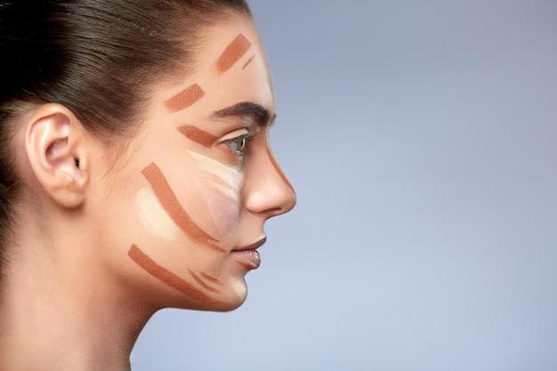 Schönheitskonzept. porträt der frau mit kontur auf gesicht. arten des zeichnens make-up, profil des mädchens mit nacktem make-up beiseite schauen, basis für make-up