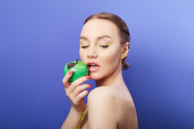Schönheitskosmetik für die gesichts- und lippenpflege. kosmetische gesichtsmaske, junge saubere haut, pralle lippen und feuchtigkeitsspendend