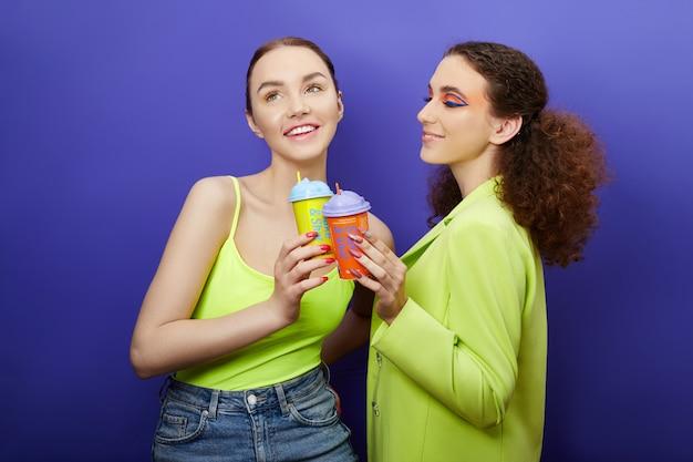 Schönheitskosmetik für die gesichts- und lippenpflege. kosmetische gesichtsmaske, junge saubere haut, pralle lippen und feuchtigkeitsspendend.