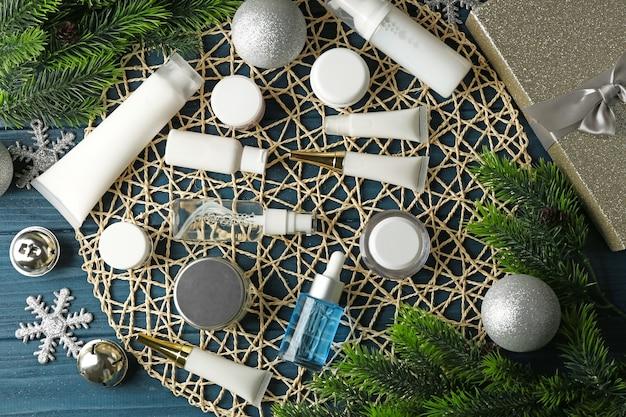 Schönheitskosmetikprodukte mit weihnachtsdekoration auf weidenmatte