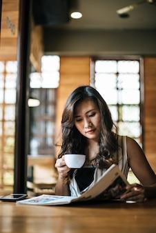 Schönheitslesezeitschrift im café