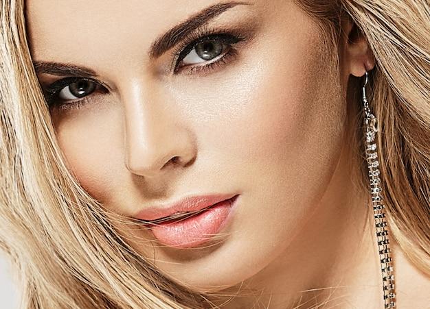 Schönheitsluxusfrauenporträt mit perfektem haar und make-upblondine. studioaufnahme.
