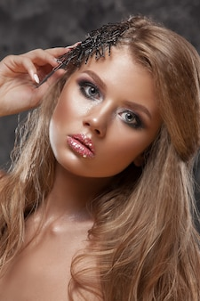 Schönheitsmädchen mit schöner make-upfarbe.