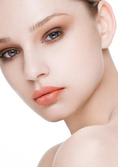 Schönheitsmode-modell mit natürlicher make-uphautpflege und badekur mit roter lippennahaufnahme