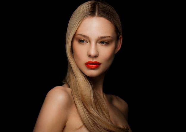 Schönheitsmode-modellporträt mit glänzender blonder frisur mit den roten lippen auf schwarzem hintergrund