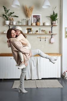 Schönheitsmode mutter und tochter. familienfoto-shooting, freude und lustige emotionen. frau und ein mädchen umarmung