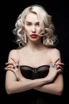Schönheitsmodefrau mit schmuck auf ihren händen