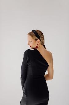 Schönheitsmodell, das im eleganten kleid aufwirft