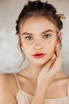 Schönheitsmodell gesunde haut hand maniküre nägel berühren saubere haut frauen kosmetische schöne frische saubere weibliche gesicht.