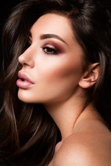 Schönheitsmodemodellfrau mit hellem make-up
