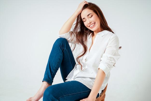 Schönheitsmodeporträt der lächelnden sinnlichen asiatischen jungen frau