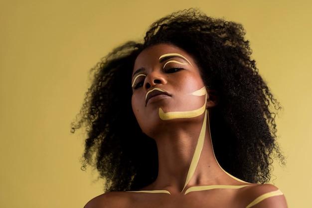 Schönheitsporträt der afrofrau mit ethnischem make-up
