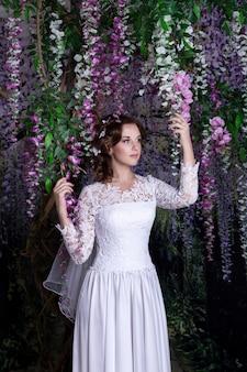 Schönheitsporträt der braut, die im hochzeitskleid mit voluminösem rock, studiofoto trägt