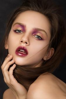 Schönheitsporträt der jungen brünettenfrau mit modernem salonmake-up