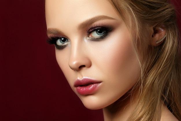 Schönheitsporträt der jungen frau mit klassischem make-up.