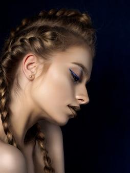 Schönheitsporträt der jungen frau mit modernem make-up.