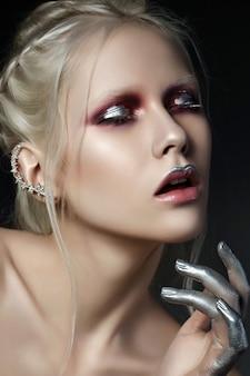 Schönheitsporträt der jungen schönen frau mit weißem haar und mode bilden. rote rauchige augen, silberne akzente.