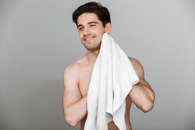 Schönheitsporträt des halbnackten charmanten jungen mannes