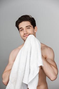 Schönheitsporträt des halbnackten gutaussehenden jungen mannes